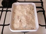 里芋が柔らかくなったら、耐熱容器に移し、パルメザンチーズ、パン粉を振りかけてトースター(オーブンでも可能)で約10分程度、表面に焦げ目が付くまで焼く。