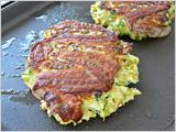 ホットプレートまたはフライパンに油をしいて中火にし、3.の半量をこんもりと盛るように流し入れ、半量の豚バラ肉をのせ、焼き面がこんがりとしてきたら返し、弱火にして豚肉がカリカリになるまでじっくり焼き、再度ひっくり返す。