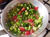 野菜がしんなりしたところでミニトマトを加え、軽く炒め、水を加える。