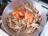 鮭の表面に塩をし、フライパンに加えて炒める。