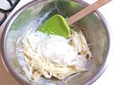 水気を切った新玉ねぎとりんごを3.に加え、よく混ぜる。