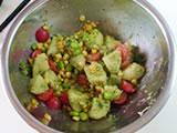 1.のボウルに枝豆、とうもろこし、プチトマトを加え、バジルペーストを入れてよく混ぜる。