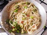 鍋にたっぷりの湯を沸かし、塩を加え、スパゲティを茹でる。茹で上がったスパゲティを4.に加えてよく混ぜる。パルメザンチーズ大さじ3を加え、塩で味を整える。