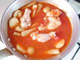 トマト缶、水を加える。水は具材がかぶる位まで加える。一煮立ちしたら弱火にし、10分程度、ごぼうが柔らかくなるまで煮る。最後にハチミツを加え、塩で味を整える。