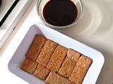 ビスケットを1.のコーヒーに浸し、バットに敷き詰める。5.のクリームを入れて表面を平らにする。