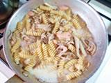 茹であがったパスタを4.に加え、ソースと絡める。塩、パルメザンチーズを加え、味を整える。  皿に盛り、好みでイクラをのせれば出来上がり!
