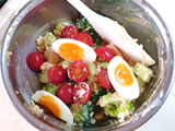 半分に切ったトマトと1/4にカットした玉子を加え、軽く混ぜる。塩で味を整えれば出来上がり!