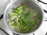 フタを取り、口の開いたアサリを取り出す。 残った豆類をフタをあけたまま、弱火で3分程度煮る。