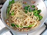 茹であがったスパゲティと3.の菜の花を4.に加え、混ぜる。火を止めて5.を加える。