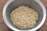 胚芽米はさっと洗ってザルにあげておく。カリフラワー、たまねぎ、にんじんは粗いみじん切りにする。鶏もも肉は2~3cm角に切る。