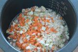 炊飯器の内釜に水気をきった胚芽米、水、鶏がらスープの素を入れて軽く混ぜ、上に鶏もも肉、カリフラワー、たまねぎ、にんじんをのせて炊飯する。